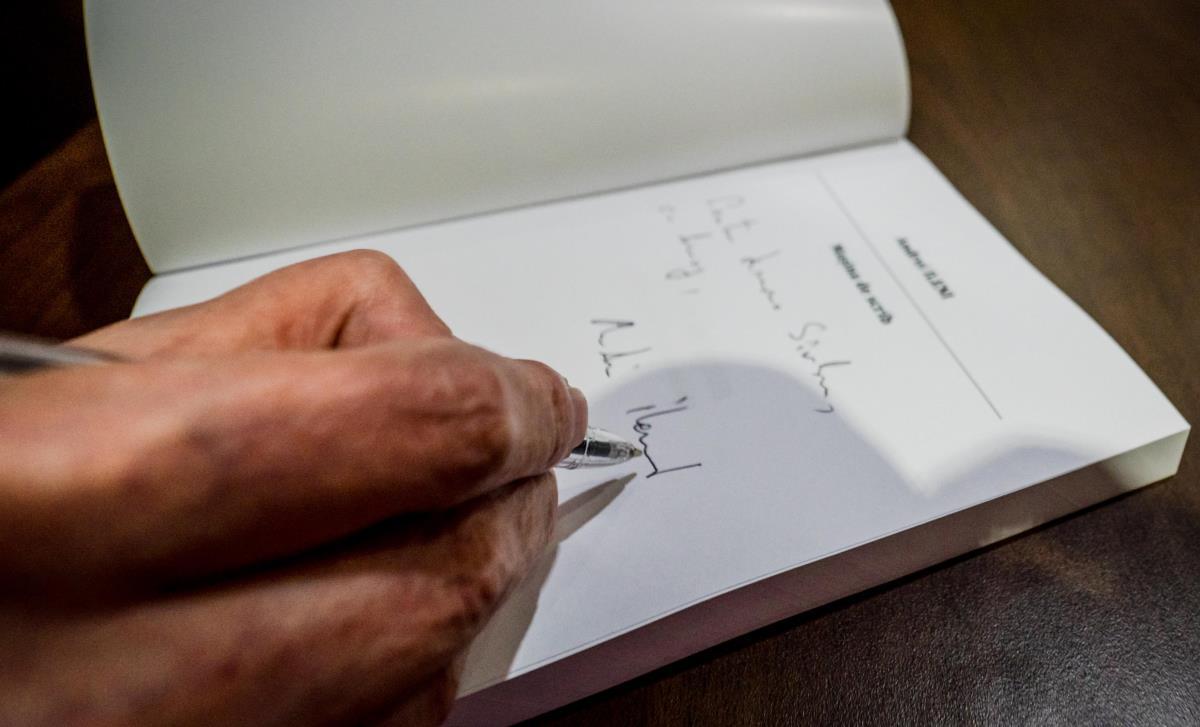 Scribul de marţi: Votul din colivie sau papagalul împăiat