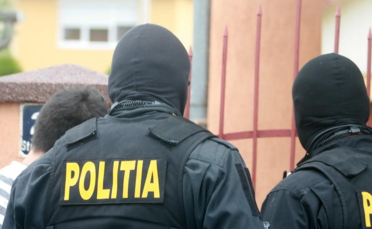 A amenințat două persoane și a distrus geamurile unui local. Polițiștii l-au reținut