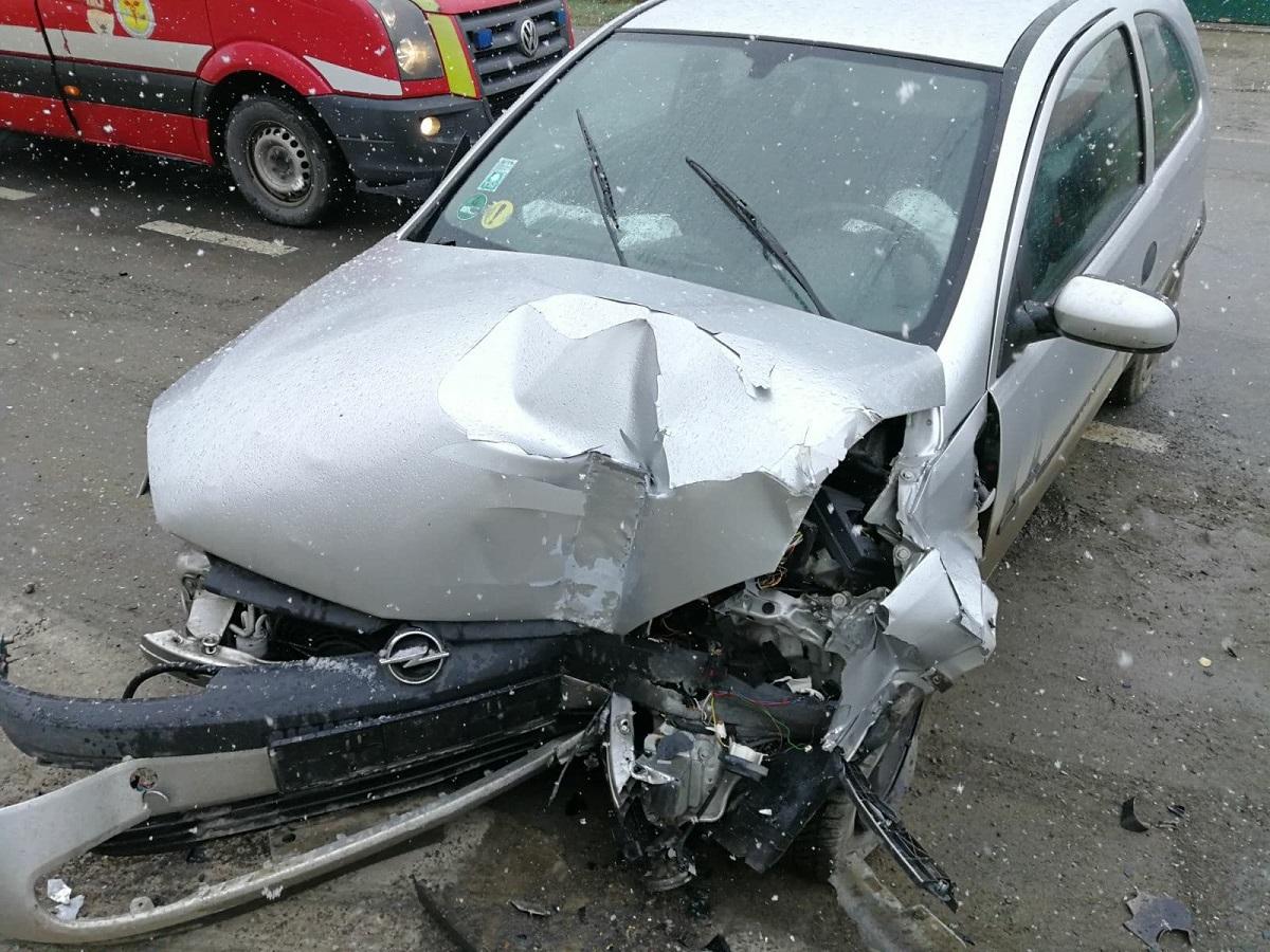 Nu a acordat prioritate și a lovit o mașină condusă regulamentar, pe Calea Șurii Mici