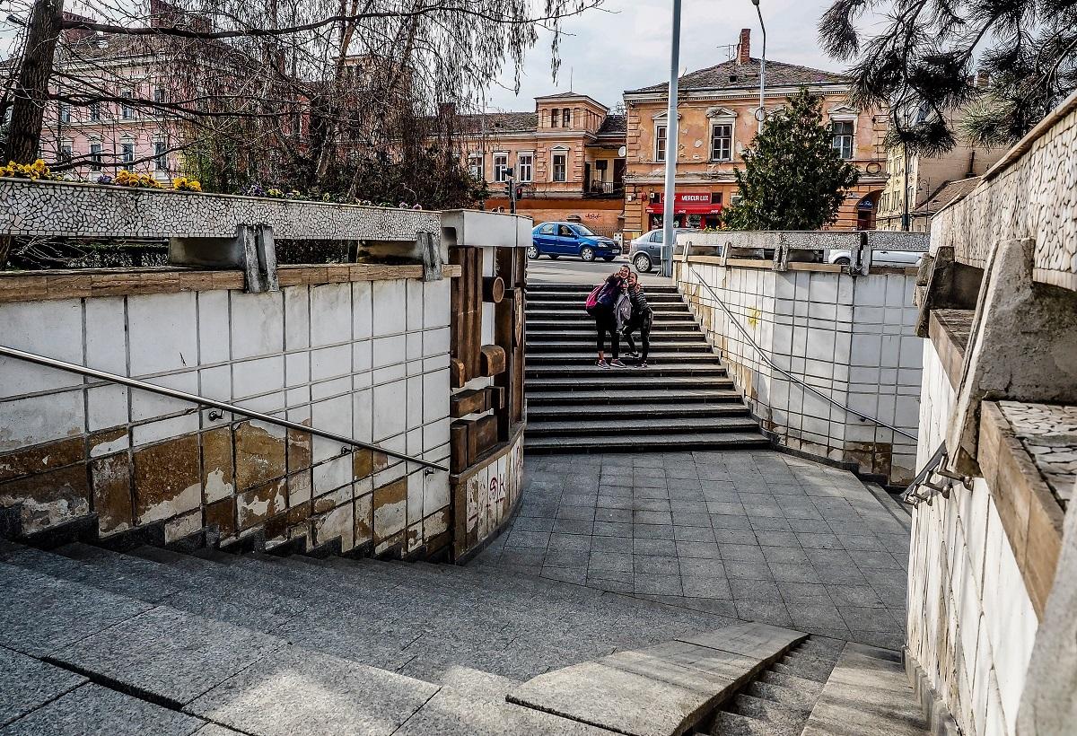 Pasajele subterane din Sibiu intră în reparaţii concomitent: scările vechi demolate, replacate cu granit, zugrăveli şi tencuieli noi şi şase luni fără graffiti