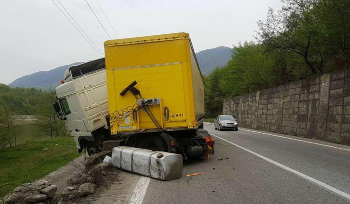 Accident pe Valea Oltului, între un TIR și o mașină