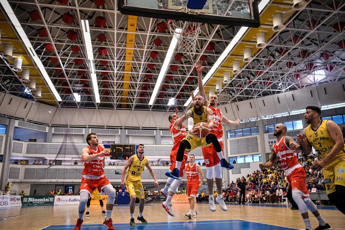 """(FOTO) """"Aici nu bate nimeni!"""" Victorie dramatică pentru CSU cu Oradea, scor 93-92. Sibienii, 15 din 15 victorii acasă!"""