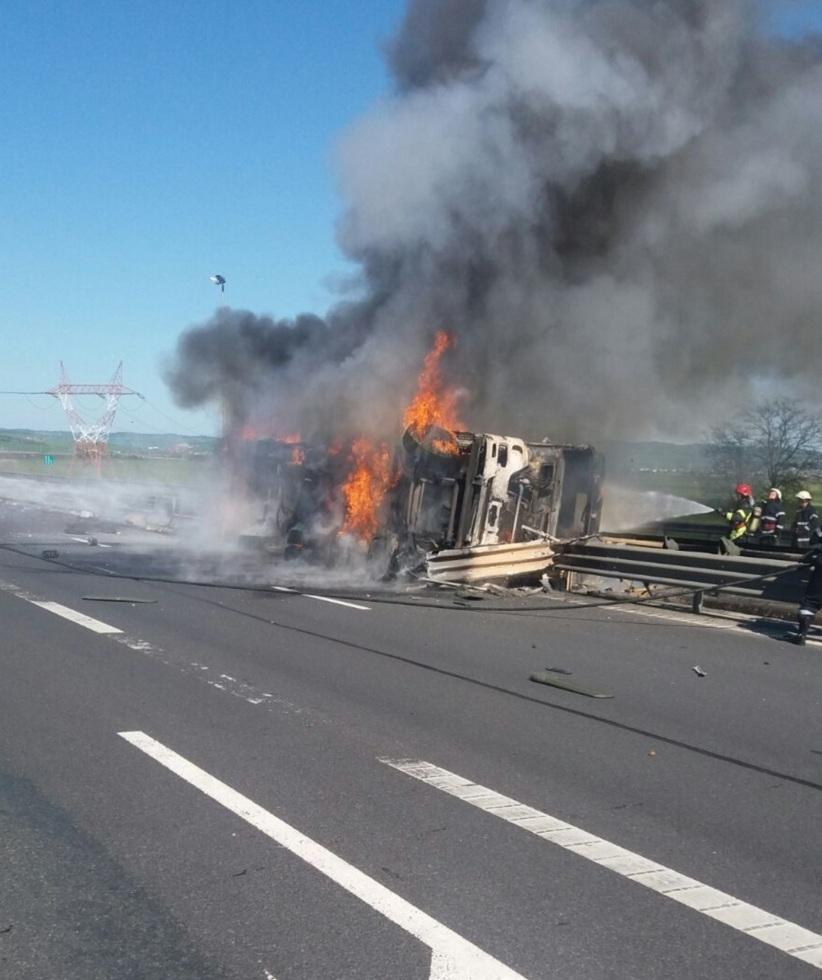 FOTO-VIDEO: O cisternă încărcată cu vin s-a răsturnat și a luat foc pe Autostradă, la ieșirea din Sibiu