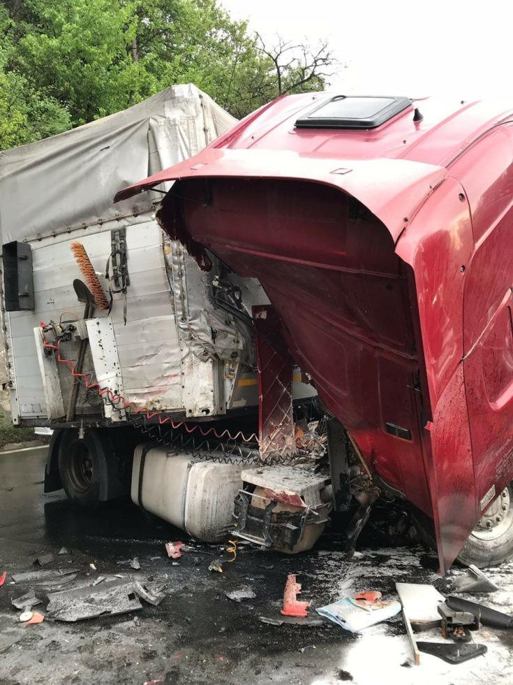Un autoturism şi două tiruri, implicate într-un accident pe Valea Oltului. Traficul este blocat