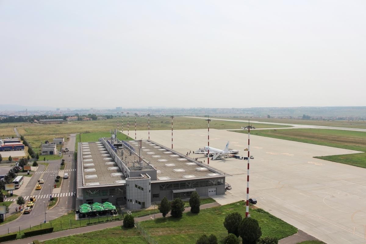 Incident grav pe Aeroportul Sibiu. Un bărbat și un minor au sărit gardul Aeroportului și au încercat să fure un autovehicul