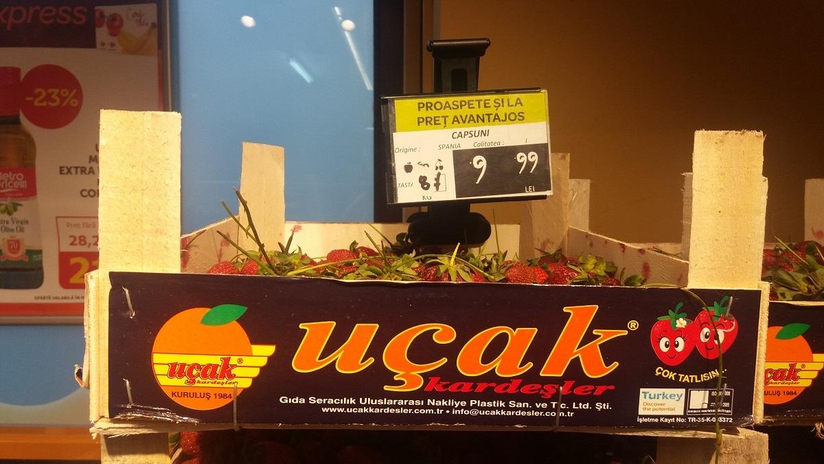 Apucătură devenită obicei la Carrefour-ul din centrul Sibiului: căpşuni din Turcia cu etichetă de ... Spania! Preinfarctul bunului simţ