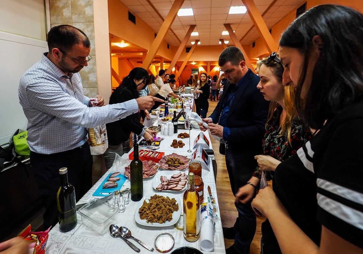 Românii și străinii au gătit musaca, Bubur Kacang și mămăligă cu brânză și smântână, la cantina ULBS