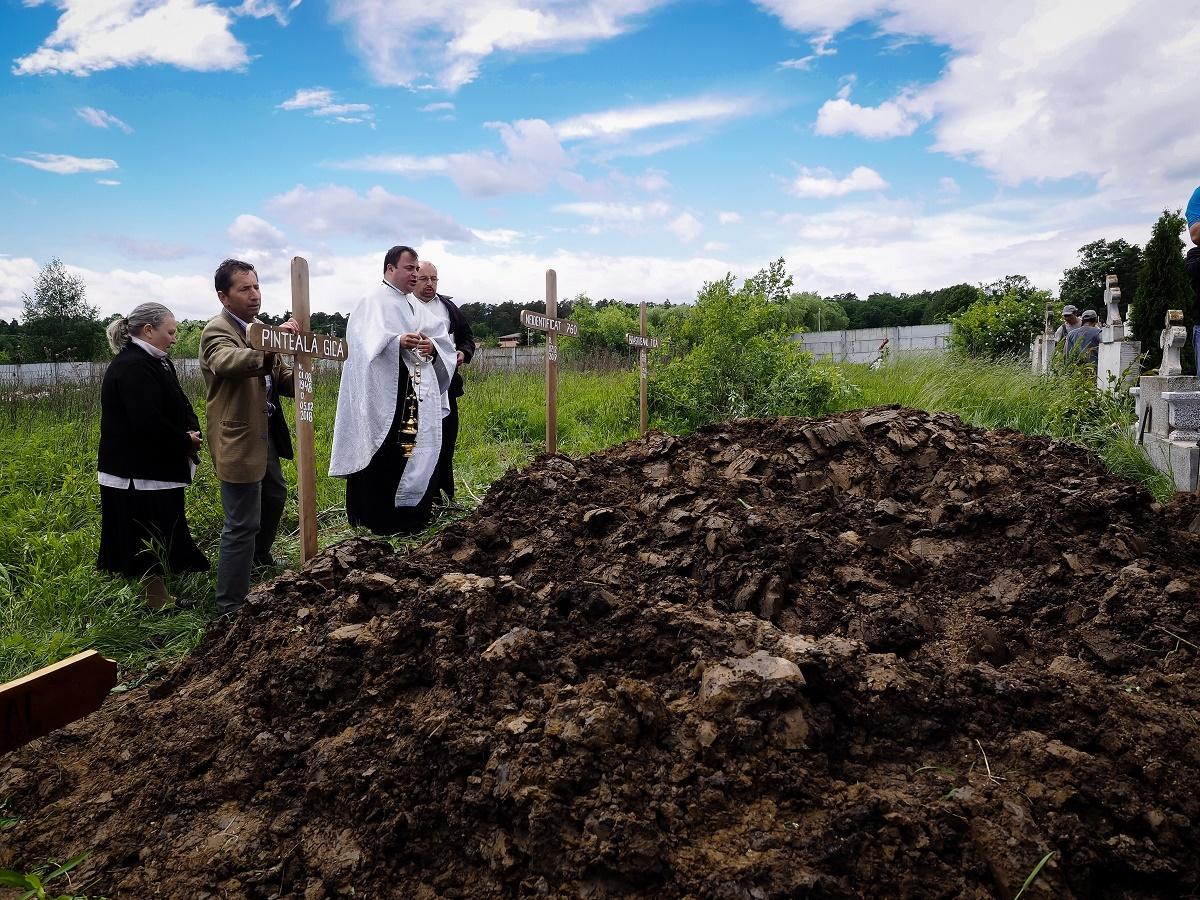 FOTO și VIDEO: Morții nimănui, uitați la Morgă, înmormântați în Cimitirul Municipal Sibiu, pe banii creștinilor
