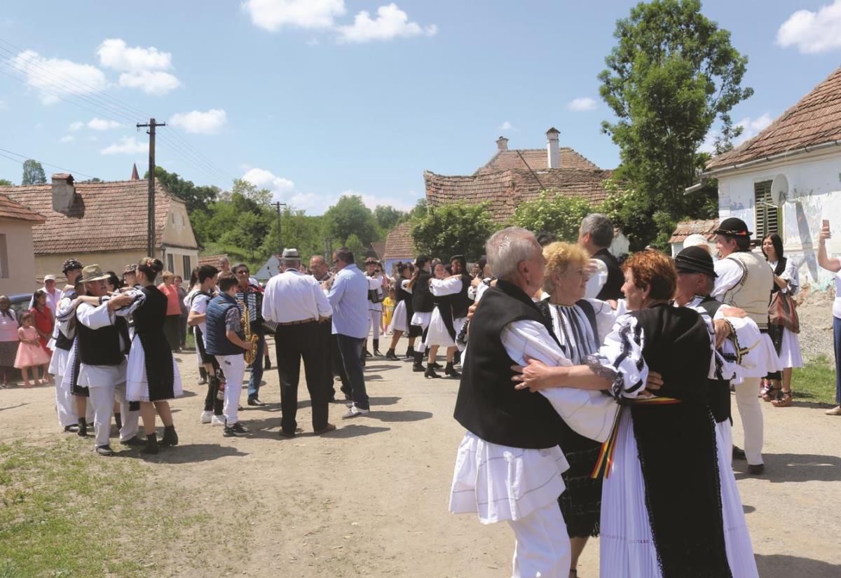 Pe uliţa satului s-a jucat Hora fofelzenilor