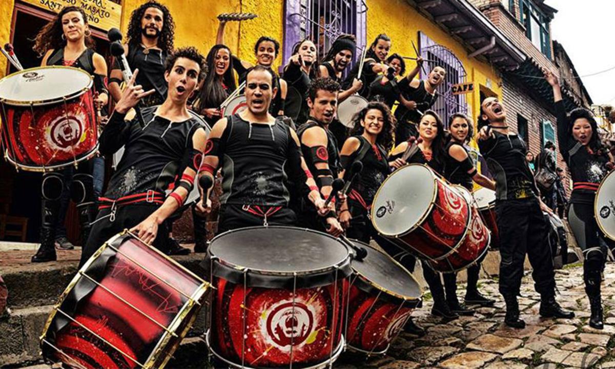 Ce vedem astăzi la FITS? Fanfara de la Cozmeşti şi columbienii de la AAINJAA fac spectacol în centrul oraşului
