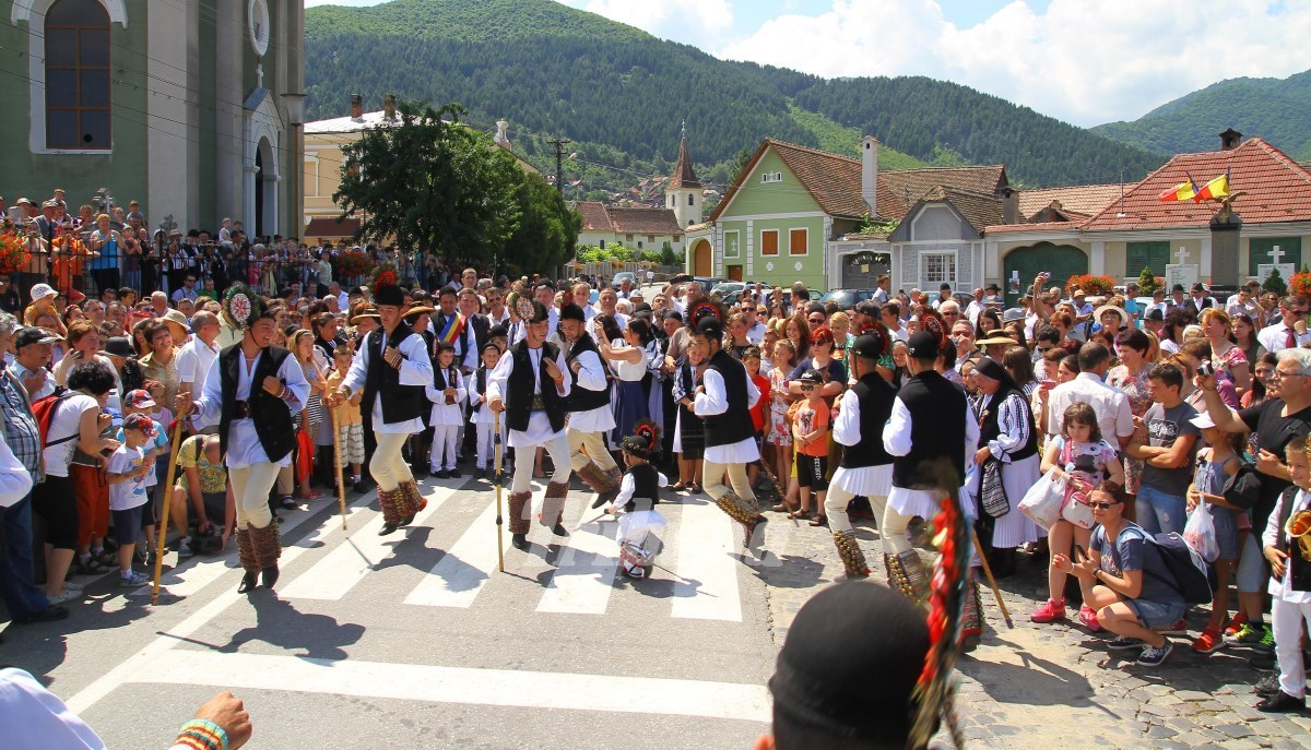 Cină ca la stână și dansuri ciobănești, la Festivalul