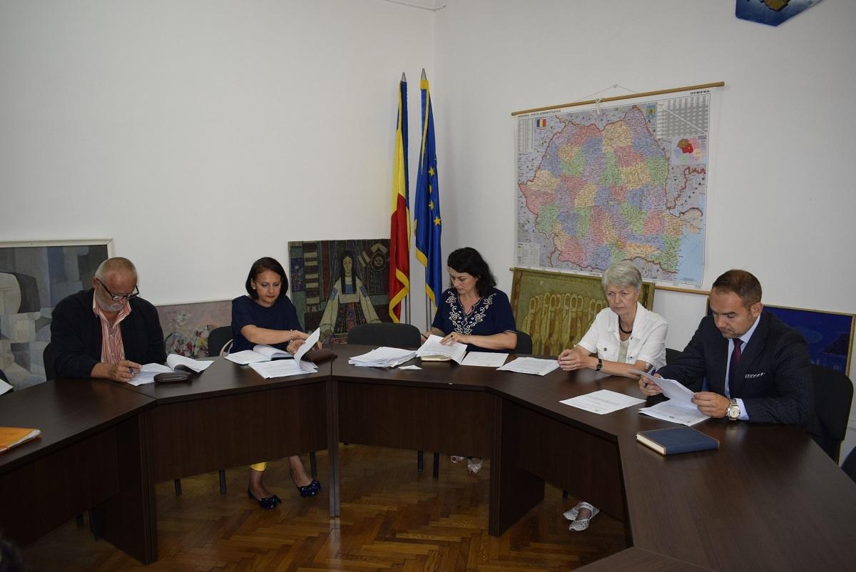 Mere și pere pentru 42.000 de copii din județul Sibiu