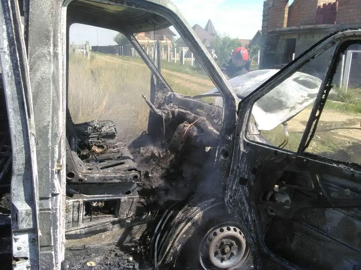 FOTO - Autoturism distrus în urma unui incendiu