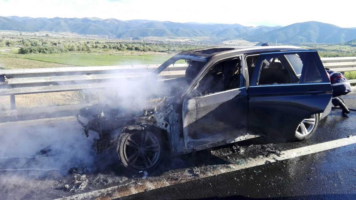 FOTO - Autoturism cuprins de flăcări, pe A 1