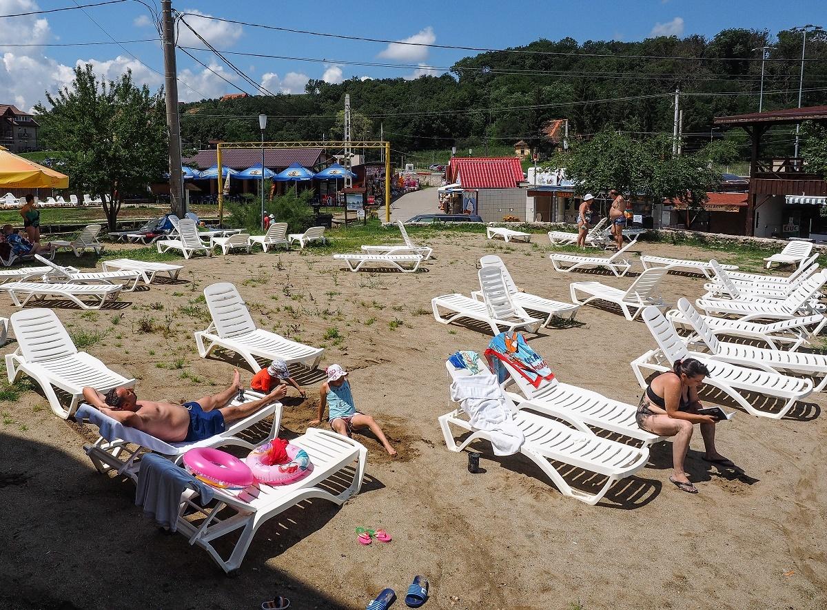 Ocna Sibiului, între bălăceala turiştilor şi evaluarea pagubelor de după inundaţii