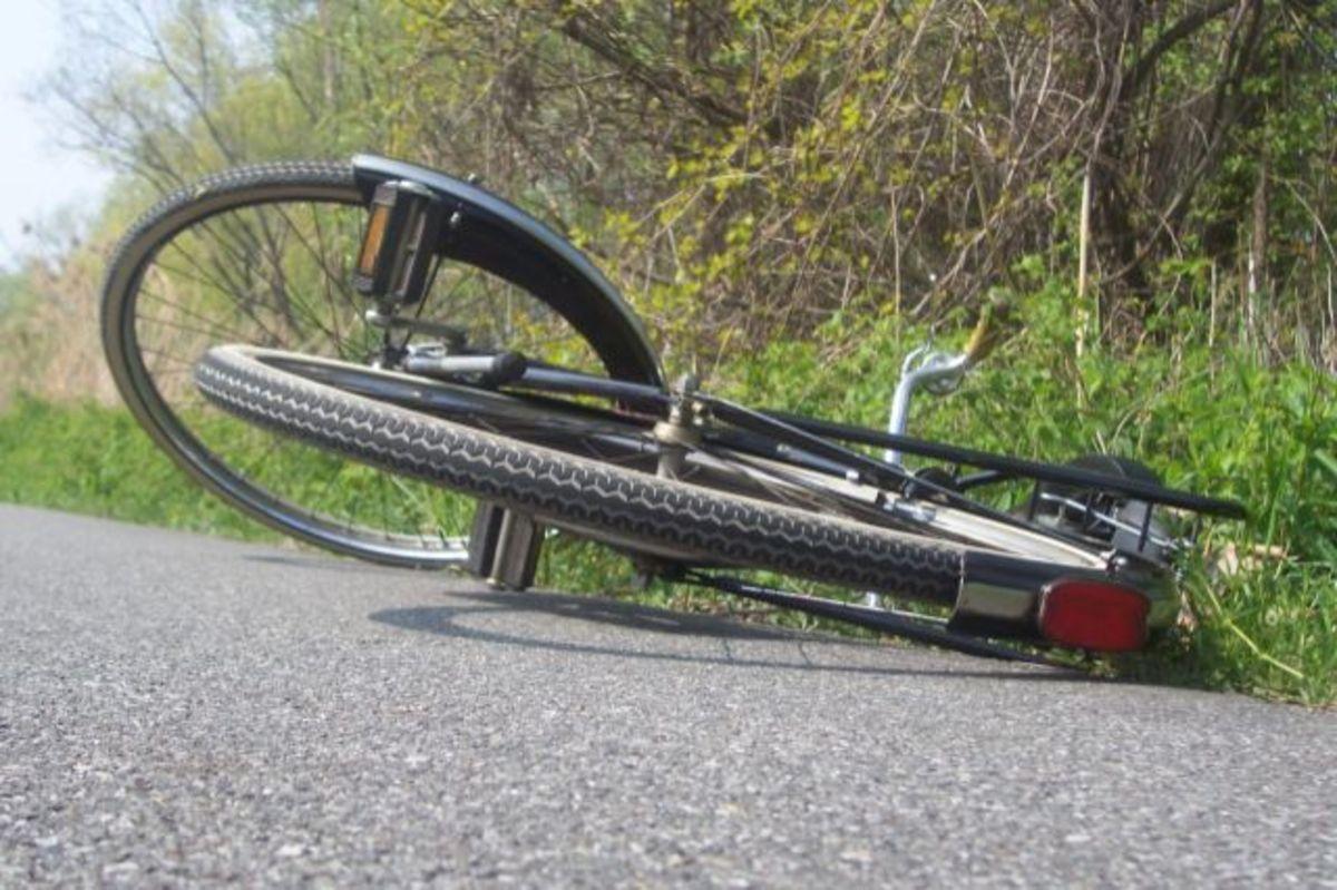Bărbat decedat după ce a intrat cu bicicleta într-o ambulanță
