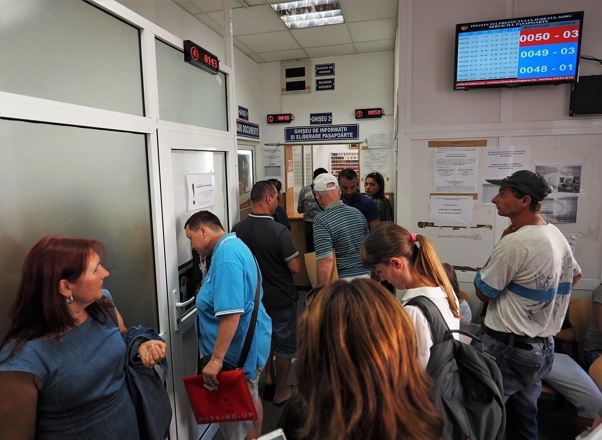 Ghișeele de la Pașapoarte și Permise vor fi deschise în 16 și 17 august