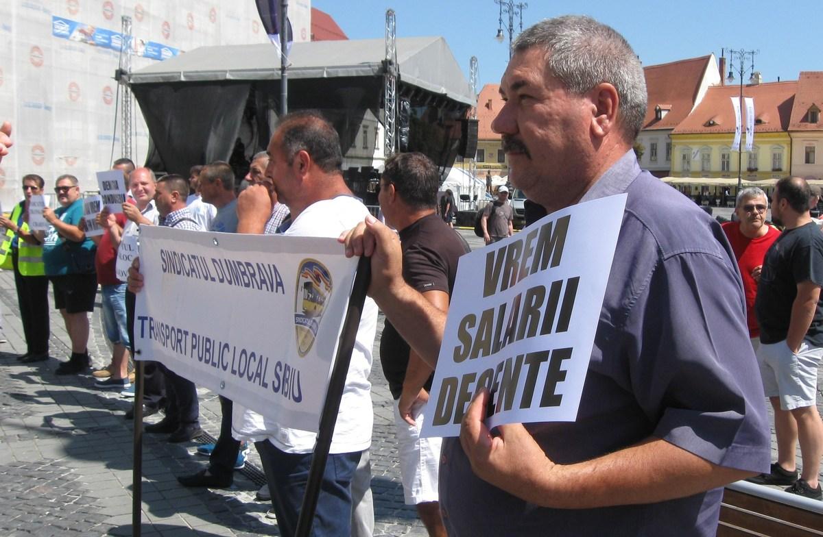 Angajaţii Tursib au protestat în Piaţa Mare. Tursib promite rezolvarea problemelor şi majorări salariale