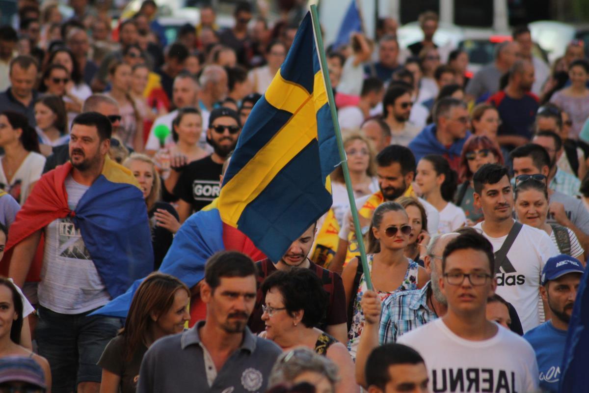 """FOTO și VIDEO: Peste 7.000 de protestatari la Sibiu, pentru susținerea mitingului din Piața Victoriei. """"Diaspora este România"""". Coloana a ajuns acasă la Klaus Iohannis și intonează Imnul. În fața sediului PSD: """"Rușine"""""""